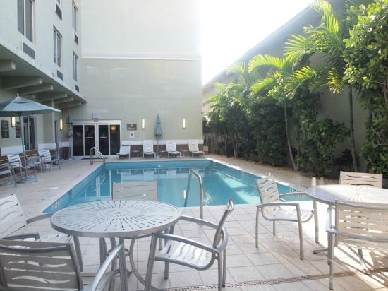 Comfort Suites Miami Airport North: Average size pool