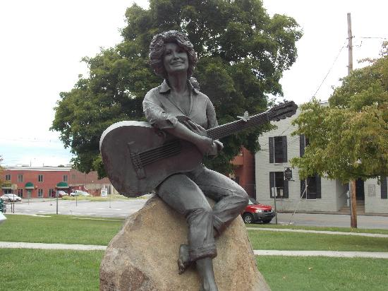 Dolly Parton Statue: Dolly