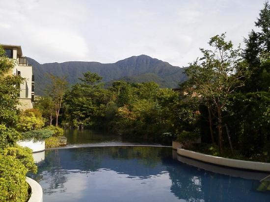 Hotel Harvest Hakone Koshien: 人工池と金時山