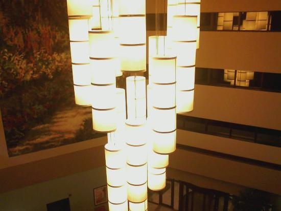Crowne Plaza Lansing West: hotel foyer central light fixture