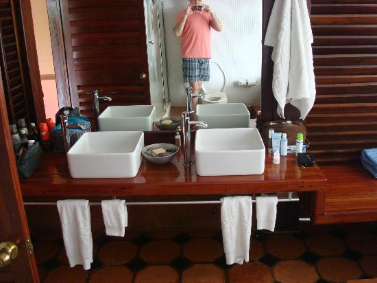 Mount Hartman Bay Estate : Sinks in the room