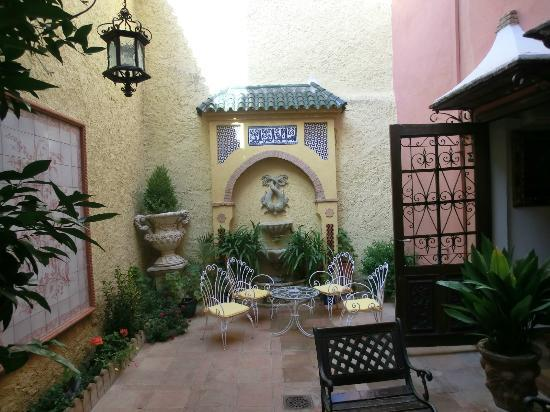 Hotel San Gabriel: Patio next to breakfast room