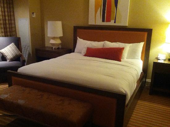 Hilton Omaha: The very comfortable bed!