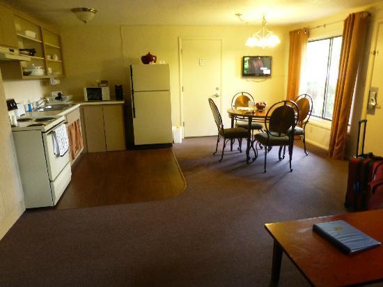 Rodeway Inn & Suites Iris Garden: King Suite #109
