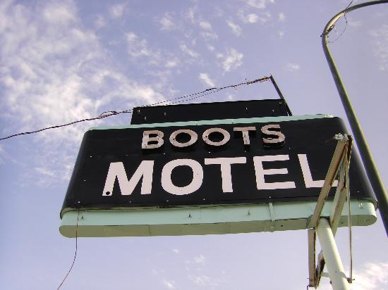 Boots Court Motel: The recently painted sign