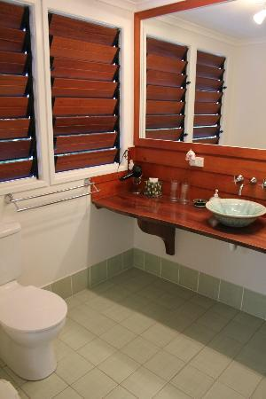 The Garden Gate: King bedded room - ensuite bathroom