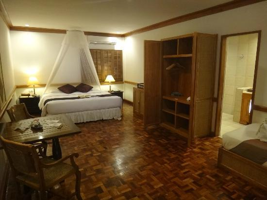 Friday's Boracay: beautiful room but bring bug-off