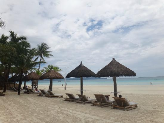 Fridays Boracay Resort: Plenty of areas to enjoy the blue water beach