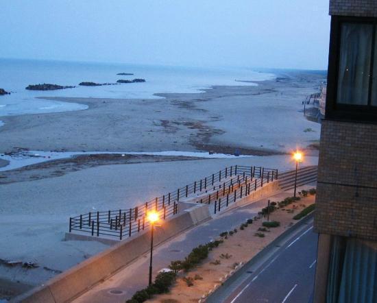 Miyakoya: 部屋から砂浜の夕景を臨む