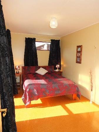 Catlins River Ridge Retreat : Queen Bed, in luxury family unit