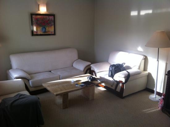Flower Hotel: die Suite hat einen grosszuegigen Wohnbereich