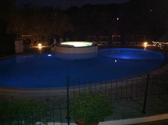 Residenza Turistica Torre Delle Viole : la stupenda piscina idromassaggio