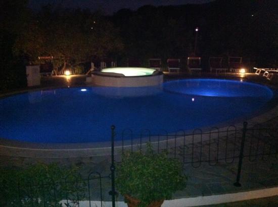 Residenza Turistica Torre Delle Viole : piscina idromassaggio per grandi e piccini