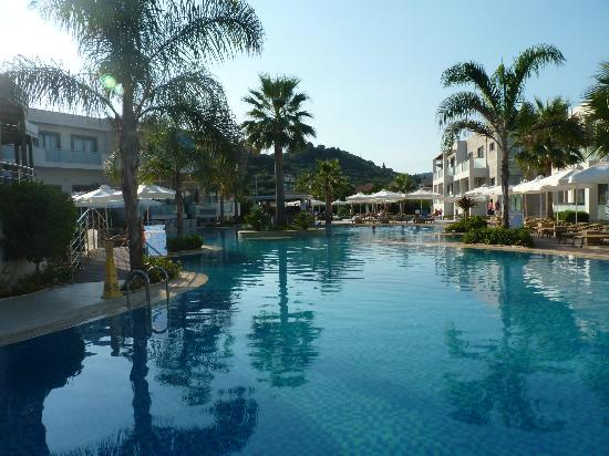 The Lesante Luxury Hotel & Spa: The larger pool from the lower breakfast area in the morning