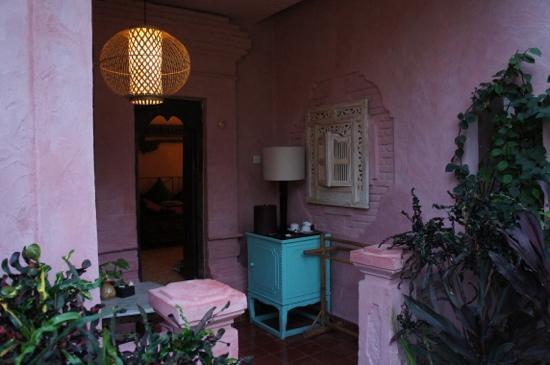 La Taverna Suites: patio devant la chambre