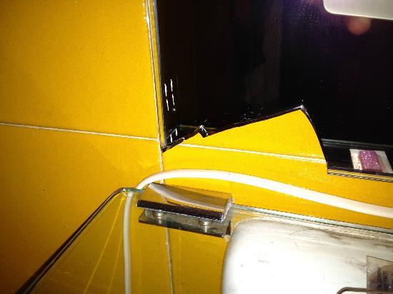 Castelvecchio  Aparthotel: Broken mirror