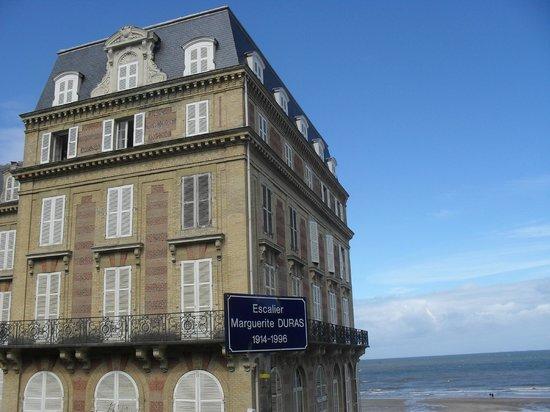 DUPONT avec un thé: Escaliers dédiés à Marguerite Duras.