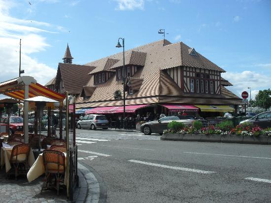 Dupont avec un thé : Le Marché aux poissons de Trouville.