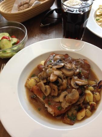 Nonna Restaurant: Jägerschnitzel mit Bratkartoffeln
