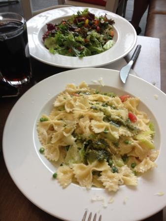 Nonna Restaurant: Farfalle mit Pesto und gem. Salat