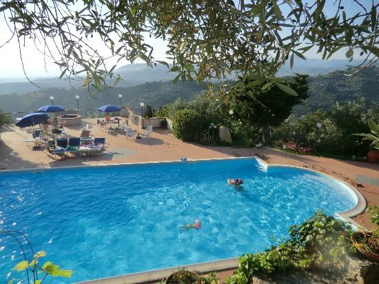 Tenuta Mauri - Agriturismo Vota: Piscina e parte del terrazzo panoramico