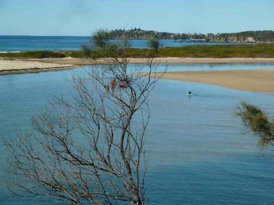Tuross Beach Holiday Park: Across the river mouth to Potato Point