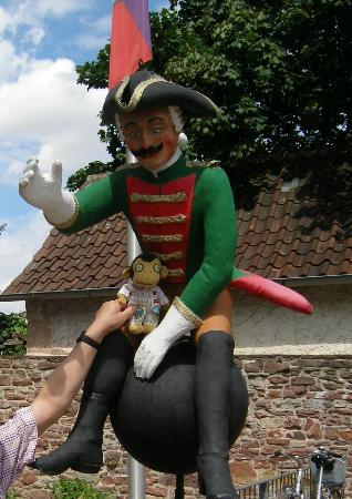 Bodenwerder, ألمانيا: 博物館入口で砲弾に乗った男爵がお出迎え! 