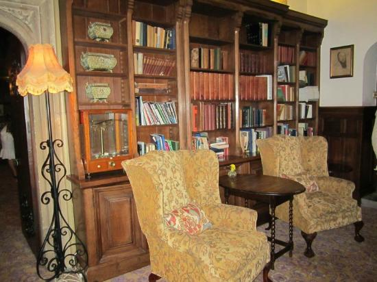 Hilton Warwick / Stratford-upon-Avon: library