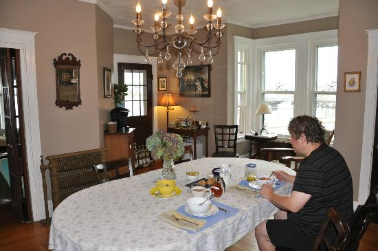 Harrington House Bed & Breakfast : Enjoying the breakfast in the lovely dining area.