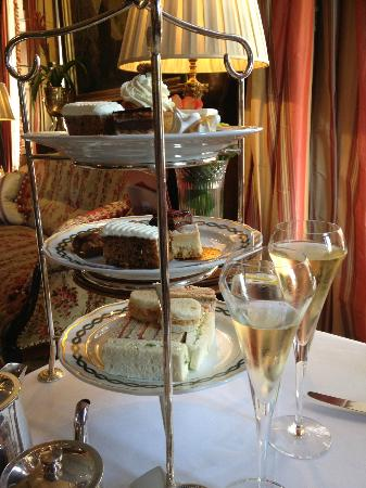 The Milestone Hotel and Residences : Lovely afternoon tea