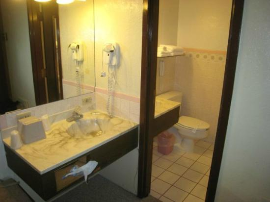 Lewis and Clark Motel: bathroom - note two sinks