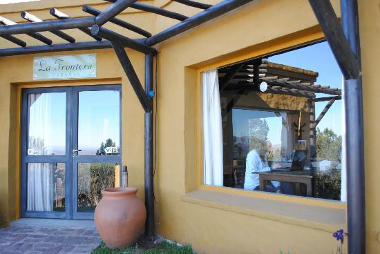 Cabanas La Frontera: entrada y ventanal del desayunador