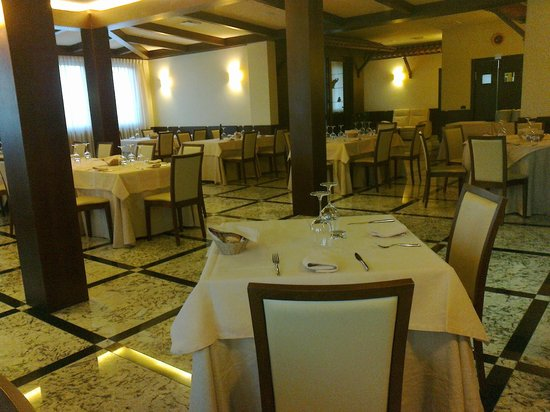 Villamagna, Itália: Cool, modern, spacious dinning room for the best fish restaurant south of Rome!