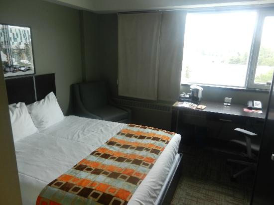 Hotel Alma at the University of Calgary: A small but nice room