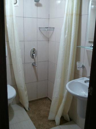 Safari Suit Hotel: small but clean and adequate bathroom