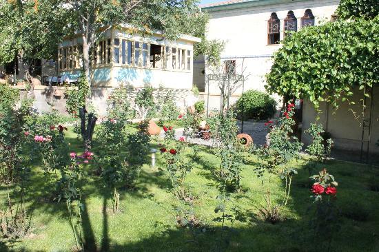Gul Konaklari - Sinasos Rose Mansions: Scorcio del giardino