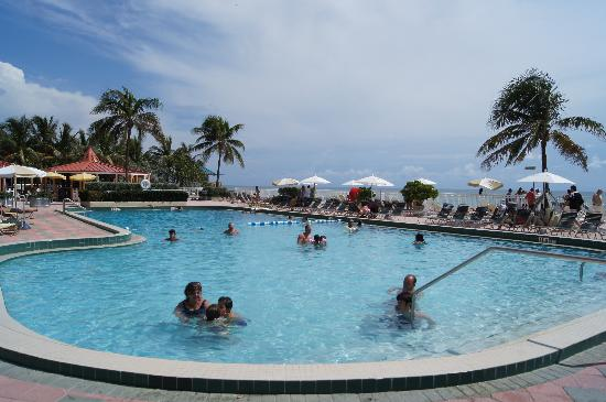 Ramada Plaza Marco Polo Beach Resort : Pool with ocean view