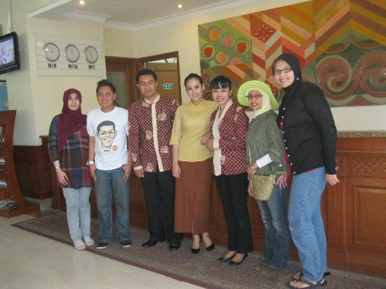Singgasana Hotel Makassar : tiga staf Singgasana yang ditengah-tengah, diapit oleh kami