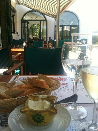 Bahia: Bread and aioli with a little wine