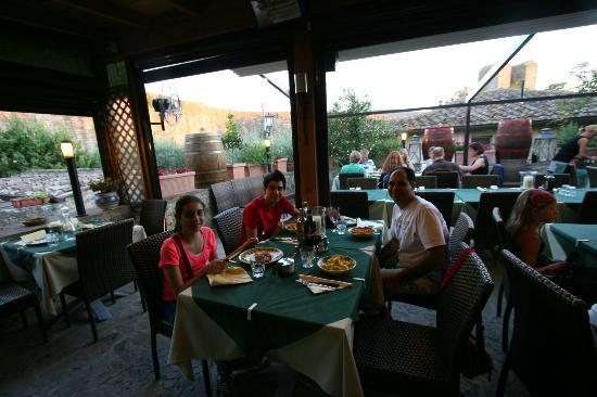 Antico Travaglio - Osteria Gelateria: outdoor dining area with view of the wall around monteriggioni