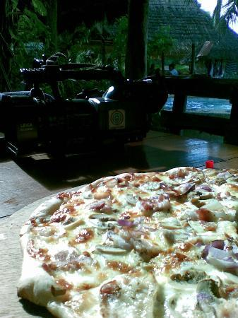 El Canonero Diving & Beach Resort : lights, camera, pizza!