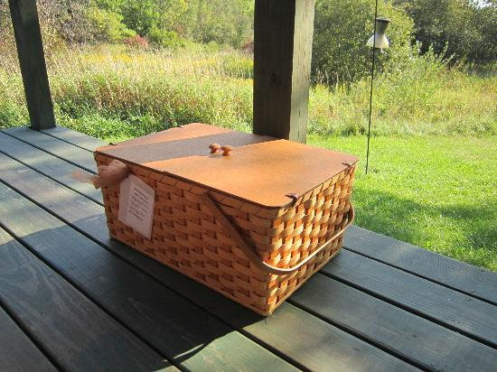 Pine Grove Park Bed and Breakfast Guest House: Picnic basket with gourmet breakfast delivered to your door.