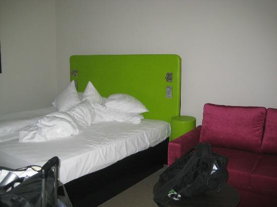 Thon Hotel EU: Bett und Couch im Zimmer