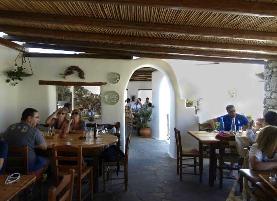 Fokos Taverna: La terraza cubierta y resguardada del viento.