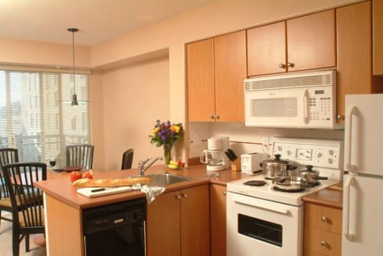 910 Beach Avenue Apartment Hotel: More Kitchens