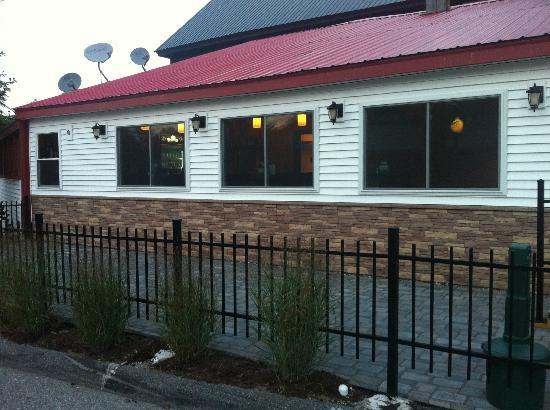 Bhop & Bar: Side view outside seating, right on main street!