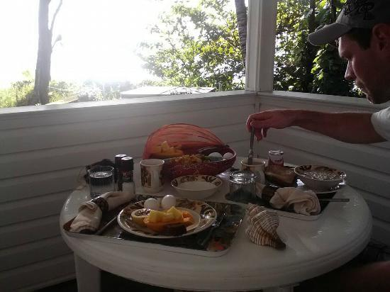 The Bay House: Breakfast on the Lanai! 