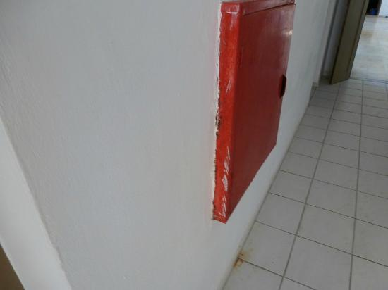 Bitzaro Palace Hotel: Messy looking fire hose cupboard