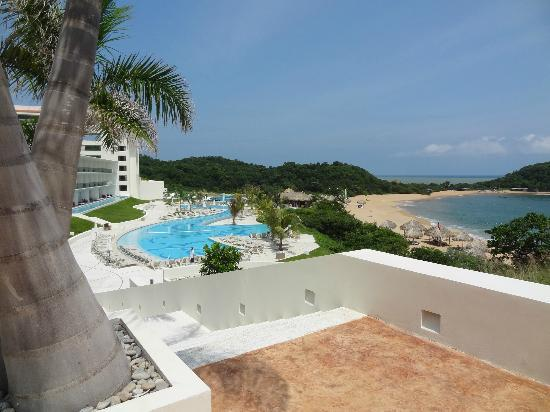 Secrets Huatulco Resort & Spa: The resort in sunlight