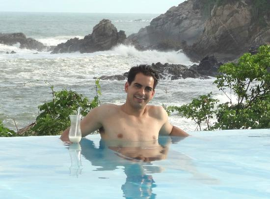 Secrets Huatulco Resort & Spa: Ocean backdrop to the infinity pool